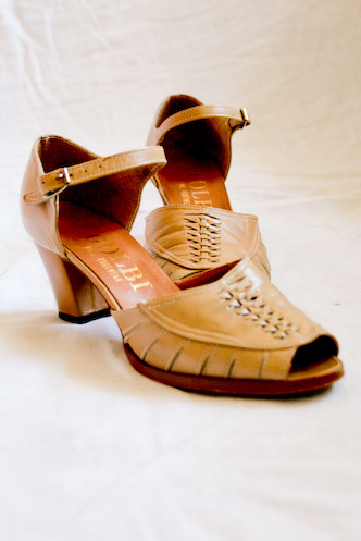 VINTAGE 70s tan WOVEN LEATHER PEEP TOE SANDAL HEELS 6 - 8