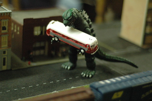 Godzilla, aplicando sus conocimientos de paisajismo. Foto cortesía de macbeck