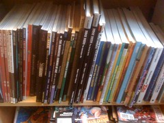 bokhylle som viser forsiden på bøker