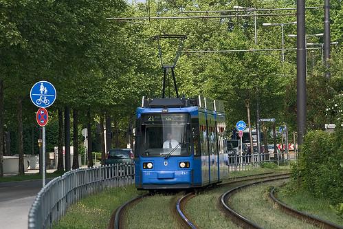 Kurz nach dem Westfriedhof fährt 2125 in einer langgezogenen Kurve Richtung Borstei
