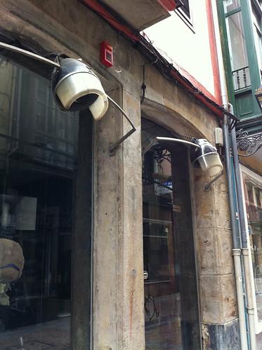 <span>bilbao</span>Un peluquero (parrucchiere) che per la vetrina ha scelto un'illuminazione del casco.<br><br><p class='tag'>tag:<br/>bilbao | persone | </p>