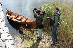 Presseleute bei dem Wikinger-Boot an der Landebrücke in Haithabu - Museumsfreifläche Wikinger Museum Haithabu WHH 27-05-2009