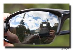 Yo en el lago Esmeralda (Emerald lake) (Petaqui) Tags: lake canada sol canon rockies lago canadian gafas autorretrato emerald esmeralda rocosas alexandro canadienses lacadena petaqui eoos450d