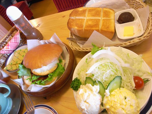 『コメダ珈琲店』小倉トーストとハンバーガー