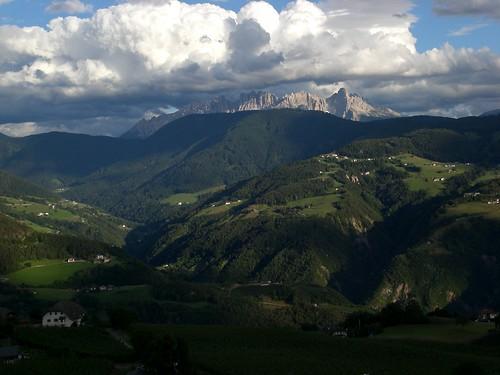 Blick auf die Dolomiten: das Latemar Massiv in der Abenddämmerung