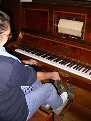 Pianosmécaniques03- Modèle à pédales et soufflets de C.Laurent-Paris (Geher) Tags: france radio de son musée sound museums orgues yonne enregistrement barbarie cylindres tournedisques stfargeau limonaires magnétophones