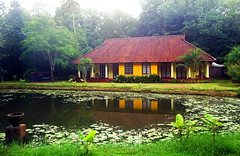 Kerala bunglow in Taj Kumarakom (WorldofArun) Tags: morning travel venice trees summer food india house lake reflection green heritage home nature rain season hotel coast boat canal pond nikon paradise paddy coconut country scenic houseboat craft taj visit kerala tourist palm resort rainy mangrove monsoon planet fields gods serene taste emerald 2009 forests backwaters own southindia waterways dravidian kumarakom vembanad bunglow 18200mm godsowncountry travancore veniceoftheeast kuttanad kettuvallam henrybaker tajhotels ncrediblendia nikond40x bakershouse yenumula worldofarun arunyenumula