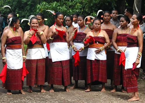 Les Lamaholot, l'ethnie majoritaire dans l'est de Flores et dans l'archipel des Solor, convertis de longue date au catholicisme, conservent bon nombre de leurs traditions, notamment la danse appelée soka (www.flickr.com/Ng Sebastian).
