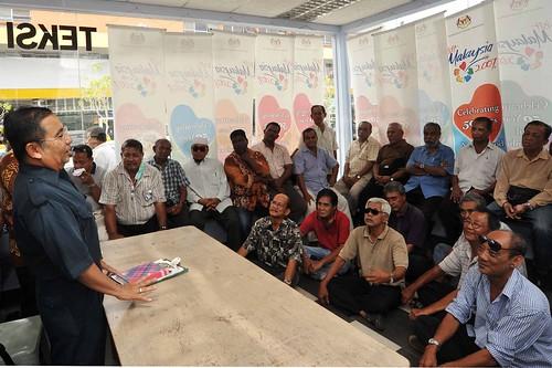 Port Dickson 9/10/2009 -- Calon BN, Tan Sri Mohd Isa Abd Samad bertemu dengan pemandu-pemandu teksi yang sebahagiannya  adalah pengundi di Bagan pinang pada pertemuan bersama beliau di perhentian Teksi  Port Dickson.  Gambar oleh OSMAN ADNAN