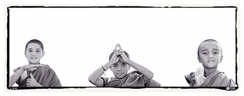 Niños Tibetanos haciendo meditación con Mudras
