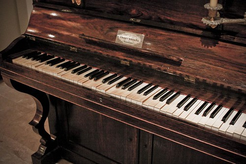 "Old piano • <a style=""font-size:0.8em;"" href=""http://www.flickr.com/photos/29952986@N05/3891756071/"" target=""_blank"">View on Flickr</a>"