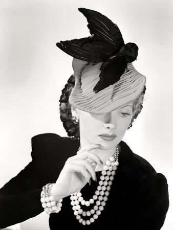 Modeling a Hat por Lucy_Fan.