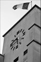 21 - 12 octobre 2009 Charenton-le-Pont Place Aristide Briand Horloge (melina1965) Tags: sky blackandwhite bw clock nikon october ledefrance noiretblanc faades flags ciel horloge 2009 clocks faade octobre drapeau smrgsbord drapeaux valdemarne charenton pontodevista fllag horloges charentonlepont d80 photoscape leagueofwomenphotographers norulesatall