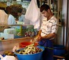 Istanbul, Turkey (balavenise) Tags: turkey market istanbul mercado turquie marché artichoke peopleworking artichaut enginar bazarégyptien misirçarsi éplucheur