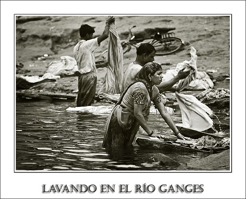 Lavando en el Río Ganges (Serie India)