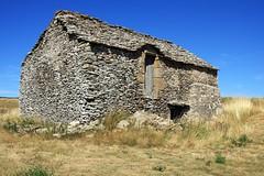 Habitat en pierre locale (schiste) près des Puech des Bondons en Lozère (Cévennes)