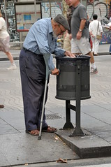 The Old Man and the Bin (FaceMePLS) Tags: barcelona spain espana catalunya kruk ramblas spanje vuilnisbak oudeman cataloni facemepls nikond300