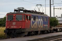 SBB Cargo Lokomotive Ae 6/6 11519 bzw. Ae 610 519 - 1 Giubiasco ( Hersteller SLM Nr. 4629 - Baujahr 1966 ) am Bahnhof Mntschemier im Berner Seeland im Kanton Bern der Schweiz (chrchr_75) Tags: juni train de tren schweiz switzerland suisse swiss eisenbahn railway zug sbb locomotive christoph svizzera bahn treno chemin moos centralstation fer locomotora tog ffs juna bundesbahn lokomotive grosses lok ferrovia spoorweg suissa locomotiva lokomotiv ferroviaria cff 1106  2011 locomotief chrigu  rautatie  schweizerische zoug trainen  chrchr hurni lomomotive chrchr75 bundesbahnen eisenban chriguhurni juni2011 albumbahnenderschweiz2011 albumsbbae66lokomotive chriguhurnibluemailch albumzzz201106juni