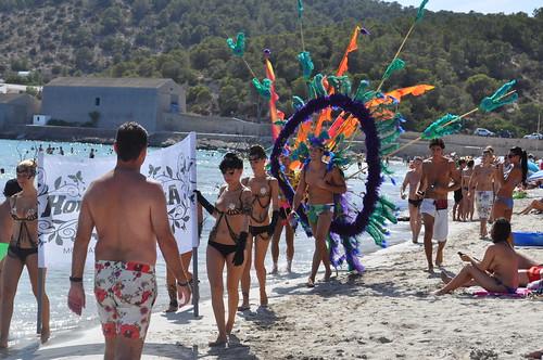 Así publicitan las discotecas en la playa de Salinas