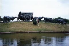 "871204 ""La Carreta"" (rona.h) Tags: sculpture bronze uruguay december 1987 montevideo cloudnine lacarreta ronah josebelloni worldtrekker theoxcart"