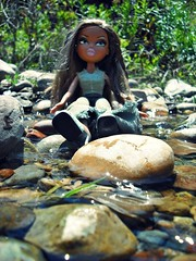 Candy & The River ( Jovas  ) Tags: ro river toy doll candy stones juguete piedras mueca monita brata fujifilmfinepixj10