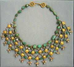 Gold & Emerald Necklace - Altes Museum, Berlin (noriko.stardust) Tags: old berlin museum gold treasure antique jewellery altesmuseum treasures jewel antiquity schatzkammer
