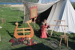 Marcus (Sjolfur) mit Tochter von der Nordlandsippe auf dem 1. Frühjahrsmarkt in Haithabu - Wikinger Museum WHH 24-04-2011