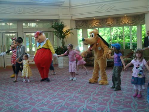 Muñecos en la danza del Hotel