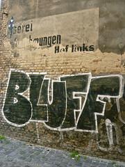 B wie Bluff (web.werkraum) Tags: urban streetart berlin germany deutschland typography wand tags urbanart lettering typo schrift 2009 mauer fundstcke zeichen buchstaben versalien typgraphy altundneu streetartberlin fassadenbeschriftung bildfindung berlinerknstlerin webwerkraum karinsakrowski