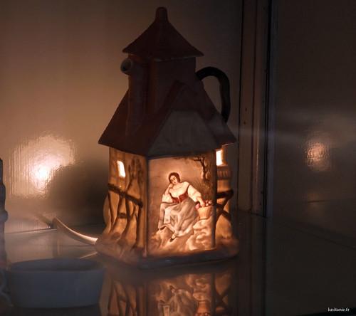 Chaleira, com uma vela para guardar o chá quente por baixo.