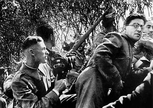 Mijail Koltsov y Roman Karmen en una trinchera de Toledo