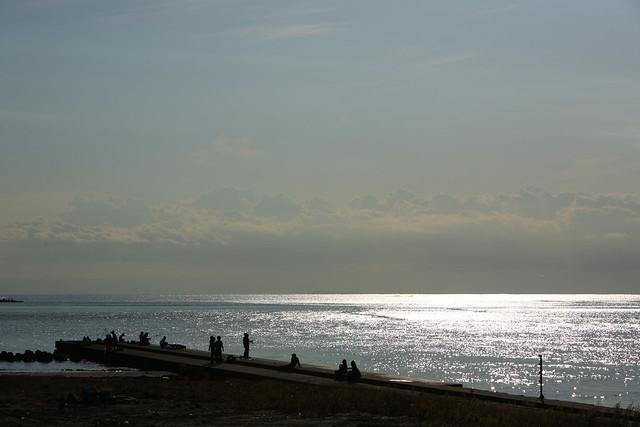 海に伸びる堤防