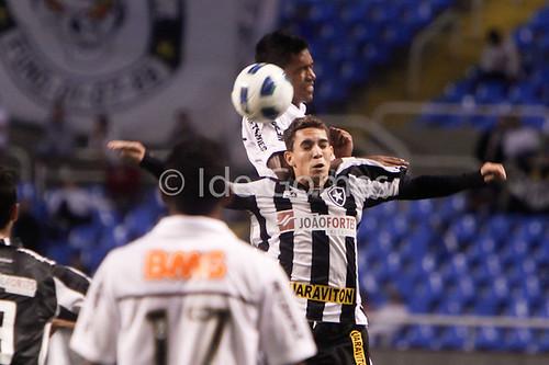 Os jogadores Caio do Botafogo e Alex Sandro do Santos
