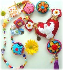 Viva o Divino Esprito Santo! (Lidia Luz) Tags: necklace handmade crochet jewelry felt bijoux bijuteria feltro colar bijouteria croch pedaodeamor divinoespritosanto lidialuz