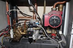 Dwufunkcyjny kocioł gazowy i pompa -- źródło ciepłej wody do ogrzewania i mycia.