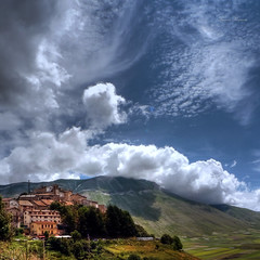 Castelluccio e nuvole (Franco Marconi) Tags: italien italy storm art nature landscape photo europe poetry italia nuvole foto arte shot dream surreal paisaje paisagem zen poesia  paysage  landschaft  perugia  2009 italie  umbria maisema timburton  landschap norcia pemandangan landskap sogno tj landskab  castelluccio  paese  paisaia     niebo  sibillini  surreale landslag vettore   peyzaj krajobraz    castellucciodinorcia  rivieradellepalme  lx3 lumixlx3 pajsa francomarconi