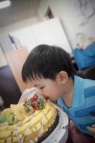 還沒切就偷吃蛋糕上的草苺的青蛙寶