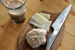 Caffe latte, bolle og manchego