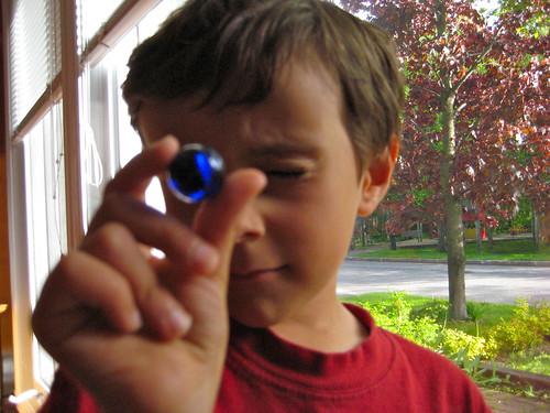 Francis, 6 ans, avec sa bille bleue