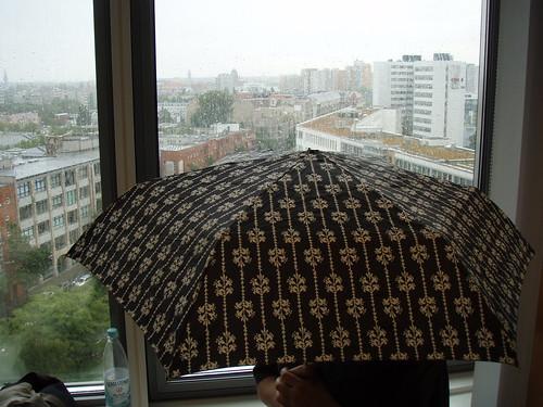 Regen in Berlin - mit Regenschirm aus London