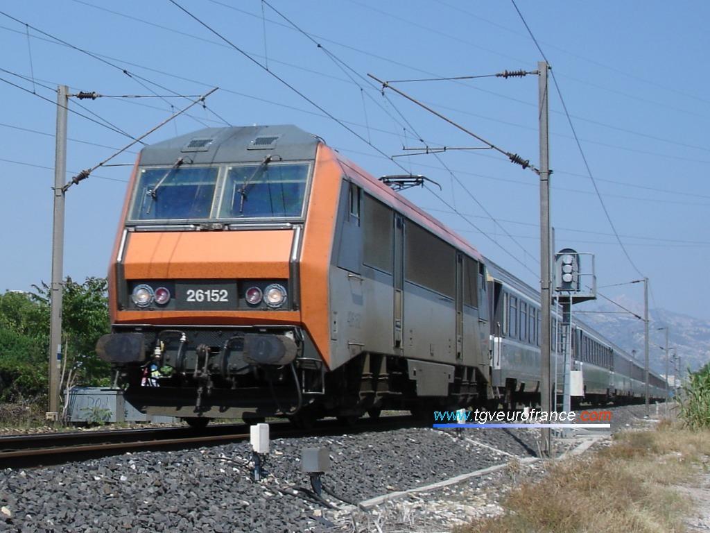 Une locomotive électrique française (série BB26000 SYBIC Alsthom) en tête du train Nice - Bordeaux près d'Aubagne