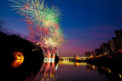 Bitan Summer Festival Fireworks 碧潭水岸夏日節煙火 (olvwu | 莫方) Tags: light summer reflection water festival night festive colorful glow fireworks explosion taiwan taipei rockets 碧潭 explode 煙火 taipeicity bitan taipeicounty sindian jungpangwu oliverwu oliverjpwu olvwu sindianriver 水岸 sindiancity jungpang bitansummerfestival 碧潭水岸夏日節 水岸夏日節