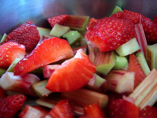 Erdbeeren und Rhabarber in der Pfanne