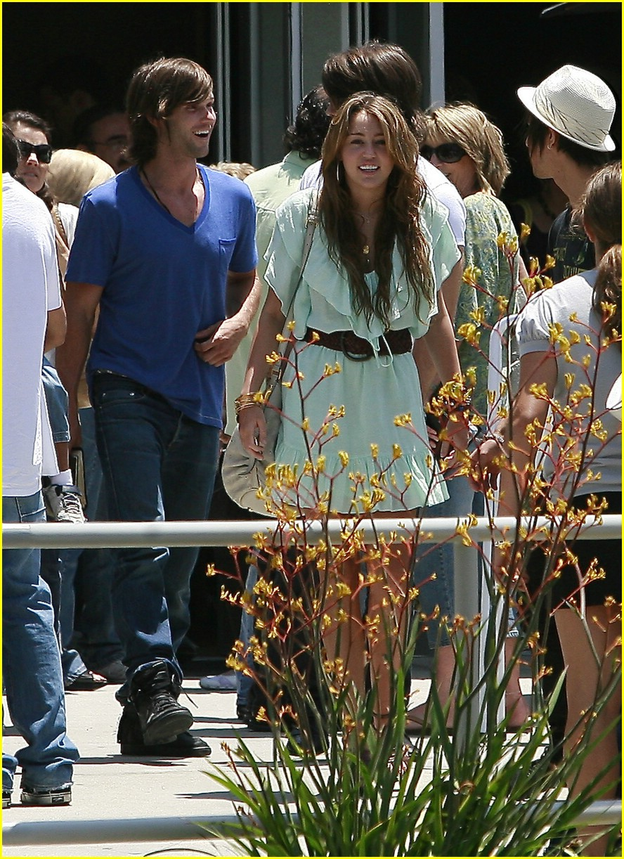 miley-cyrus-emily-osment-pasadena-pair-04