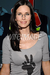 Courteney Cox wearing glasses (GwG Fan) Tags: glasses actress premiere girlswithglasses filmpremiere courteneycox gwg courteneycoxarquette pluslenses cougartown courteneycoxwearingglasses
