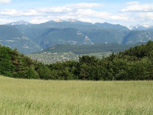 Blick vom Fahrrad kurz vor Perdonig nach Girlan und Montiggl sowie die Dolomiten