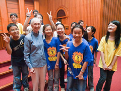 Dr. Jane Goodall & Xihu Elementary R&S Group  (olvwu | ) Tags: forum taiwan speaker conference taipei presentation discussion speech keynote internationalforum taipeicity 1260 sustainabledevelopment janegoodall jungpangwu oliverwu oliverjpwu environmentalissues nationalcentrallibrary mrh rootsshoots olvwu drjanegoodall manlichen mrhope jungpang thejanegoodallinstitute 2009internationalforumonsustainabledevelopment banqiaojuniorhighrsgroup hsunghsiungtsai hualiengirlshighrsgroup internationalconferencehall internationalforumonsustainabledevelopment jrgenmaier miwakokurosaka nationalcouncilforsustainabledevelopment nationaltaiwanuniversityrsgroup penchichiang thejanegoodallinstitutetaiwan wwwgoodallcomtw wwwgoodallorgtw xihuelementaryrsgroup
