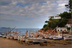 DESEMBARCO (masaimanta) Tags: costa puerto mar barco playa girona catalunya hdr costabrava catalua cala mediterrneo gerona sariera embarcacin bagur nikkor18135mm nikond40x beguyr