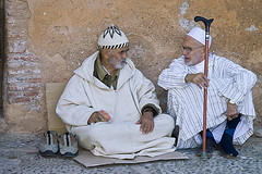 Charlando a la puerta de la Alcazaba de Chaouen (Patxi de Linaza) Tags: morocco medina chaouen chefchaouen marruecos alcazaba patxi chouen xauen franciscojavier delinaza