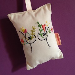 Peito (Carol Grilo • FofysFactory®) Tags: tesoura scissor embroidery bordado handmade craft carolgrilo fofysfactory perfume sachet sachê